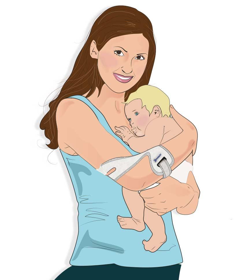 Frau hat Baby auf dem Arm und trägt dabei die Masalo Manschette MED gegen Tennisarm, Golferarm, Babyarm, Mausarm