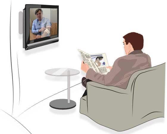 Mann liest einen Artikel über die Masalo Manschette gegen Epicondylitis in der Zeitung während im Fernsehen ein Beitrag über die Masalo Tennisarmbandage läuft